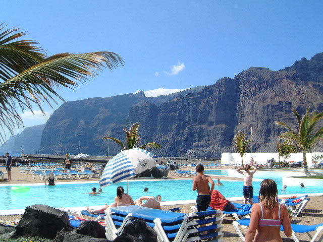 Los Gigantes Lido. Cliffs in the background